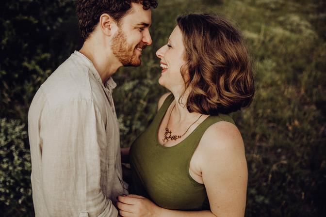 natürliches Paarfoto, lachen, schwanger