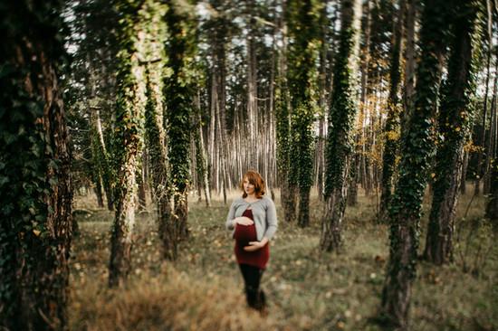 natürliche Babybauchfotos in der Natur, Schangerschaftsfotos, Wald