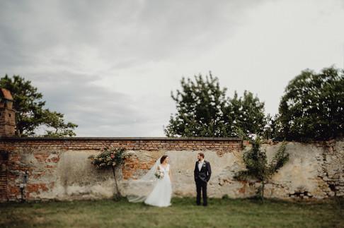 Vintage Brautpaar, Vintage Braut mit Schleier, Hochzeit Weingut Thaller