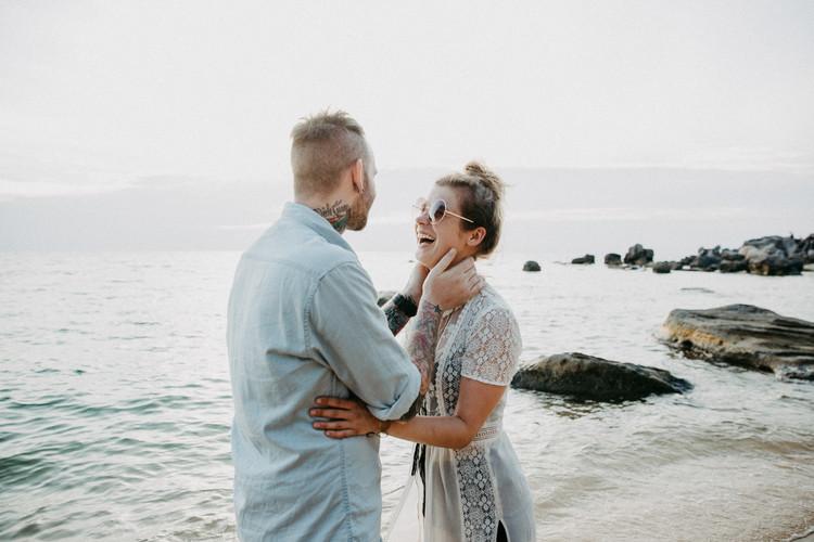 Paaraufnahmen, verlobungsshooting in vietnam, engagementshooting, lachendes paar am strand, natürliche paarfotografie