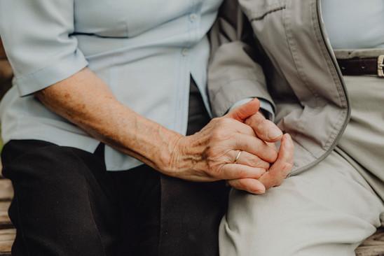 Detailfoto, Großeltern, Hände halten
