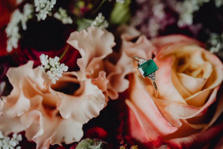 Verlobungsring, peach flowers, Hochzeitsfloristik, Hochzeitsdetail, detailverliebt, Hochzeitsfotografie