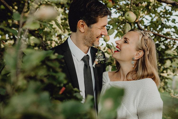 vintage Brautpaar, Paarshooting, Paarfotos, Hochzeitsfotografie Wien, loveauthentic, Fotoshooting Apfelhai, Braut, Apfelbaum, Feinstens Braut,