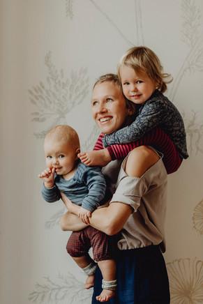 natürliches Familienfoto Indoor, Mutter, Kinderfotos
