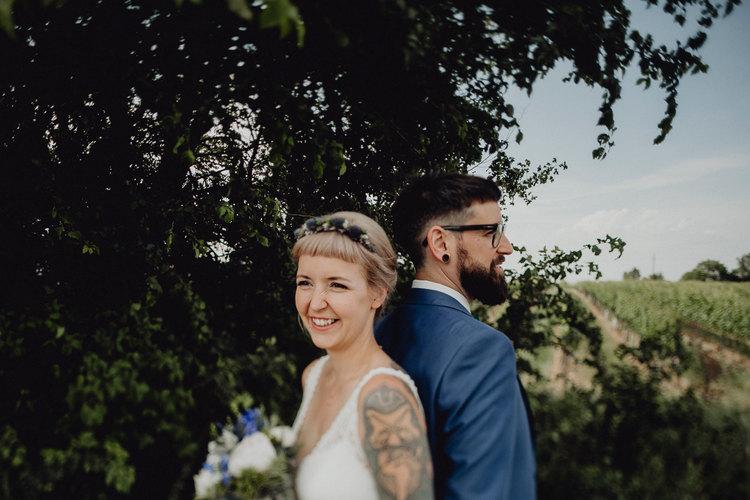 Brautpaar, vintage Braut, bohobraut, rusty blue wedding , hochzeitsblumen blau, blauer anzug, tattoobraut,