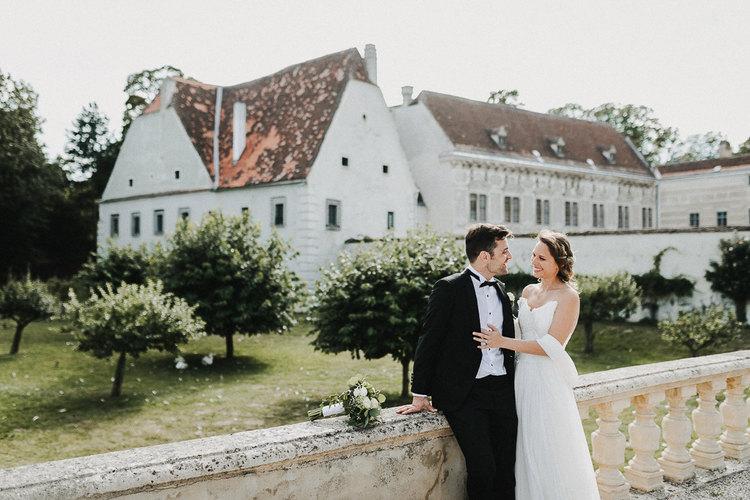 schloß walpersdorf hochzeit, brautpaar, vintagehochzeit, hochzeitssmoking, natürliche paarfotografie