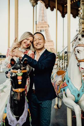 Paarfoto bei einem Pariser Pferdekarusell, Coupleshooting Paris