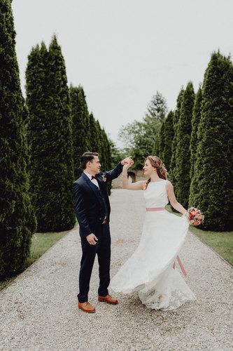 vintage Brautpaar, Paarshooting, Paarfotos, Hochzeitsfotografie Wien, loveauthentic, tanzendes brautpaar, schwung, dancing couple, brautkleid