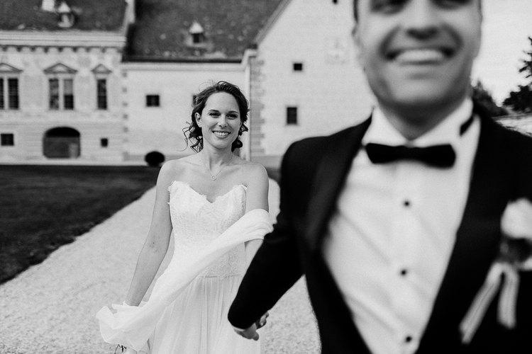hochzeit schloss walpersdorf. brautpaar, natürliche paaraufnahmen, lustige Hochzeitsfotos, vintage Hochzeit, Bräutigamsmoking