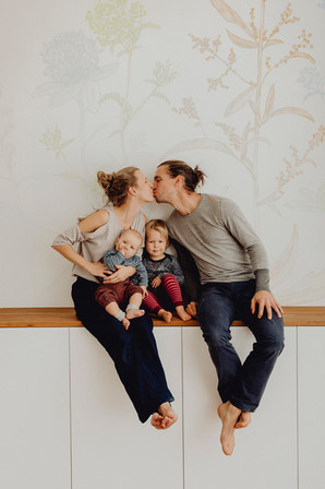 natürliches Familienfoto Indoor, Familienfotoshooting Wien