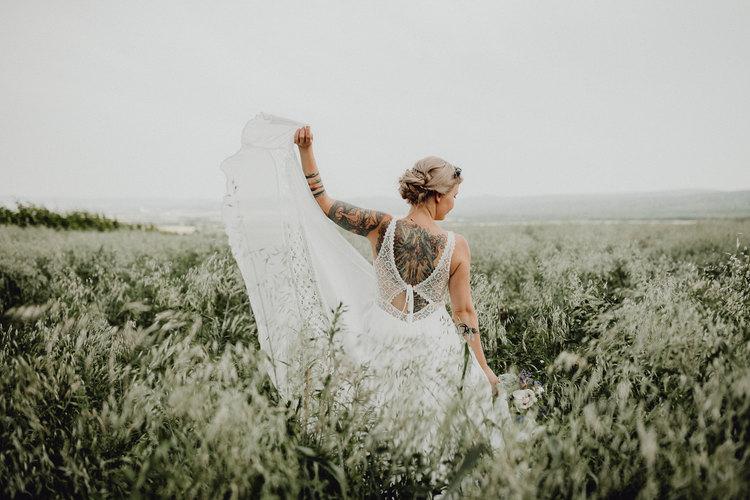 Hochzeitsfotografie Wien, loveauthentic, rückenansicht, tattoobraut, blumenfeld brautfoto, brautportrait, bridal