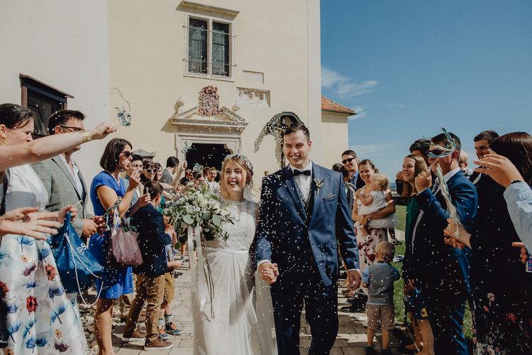 Vintage Brautpaar, Auszug mit Reis, kirchliche Hochzeit, Hochzeitsfotograf