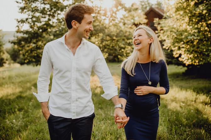 glückliches Pärchen, Schwangerschaftshooting, mit Partner