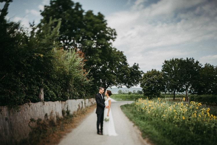 brautpaar kuss, brautpaar in der natur, brautpaar, hochzeit, vintage hochzeit, vintage bräutigam, bohemian bride, boho, vintage,  braut & Bräutigam, Vintage Hochzeitskleid, smoking, fine art wedding, hochzeit niederösterreich