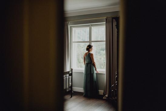 elegante Braut blickt aus dem Fenster, Getting Ready Foto Braut, Hochzeit Villa Antoinette,  Ivory Rose Photography