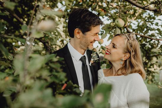 authentisches Hochzeitsfoto, glückliches Brautpaar, Haarkrone, Diadem,  Ivory Rose Photography