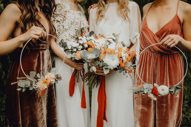 Boho Braut und Brautjungfern, Blumenloops, Brautstrauß in terrakotta Tönen,  Ivory Rose Photography