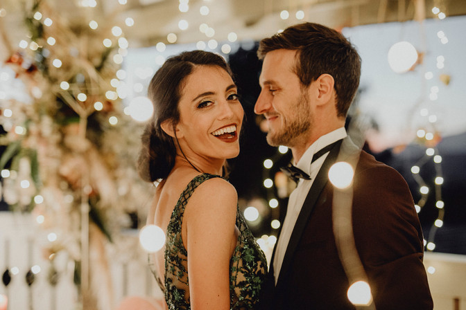 Hochzeitstanz im Lichtermeer, lichterketten hochzeitsdekoration, elegante hochzeit fernblick,  Ivory Rose Photography