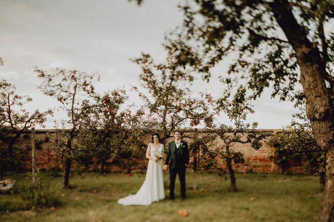 außergewöhnliches Hochzeitsfoto, Brautpaarshooting im Apfelhain, Gabrium,  Ivory Rose Photography