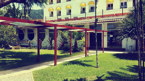 Jardim e fachada do hotel