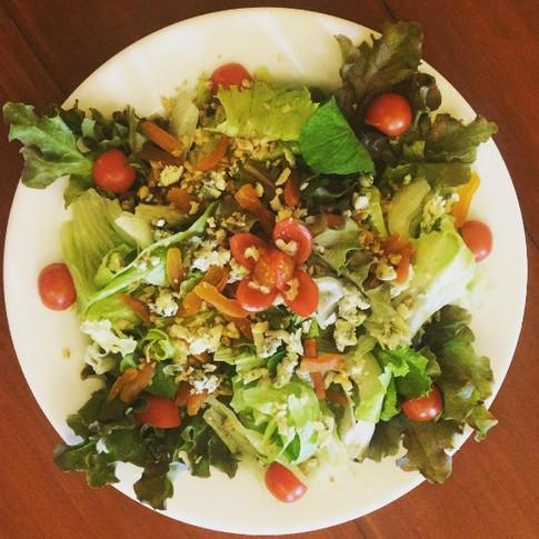 Nossa salada de folhas com gorgonzola e damasco