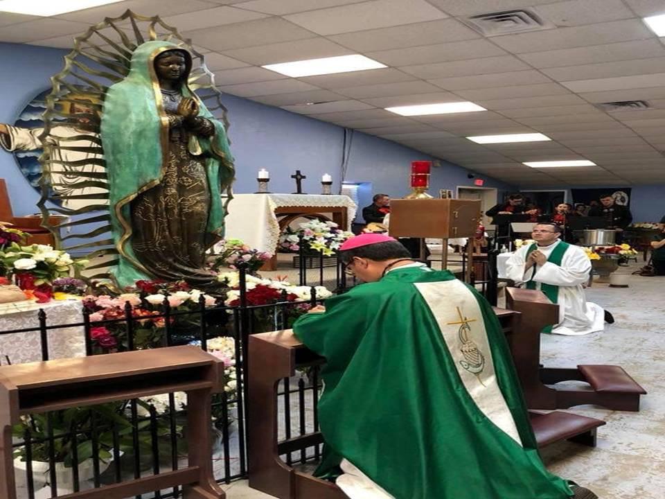 Dom Oscar Cantú rezando diante da imagem da Virgem de Guadalupe, que teria chorado durante uma visita pastoral em setembro deste ano. Foto: Facebook / Diocese de Las Cruces.