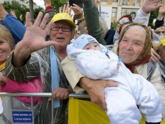 A avó, o neto e o Papa: a alegria da fé que não precisa palavras.