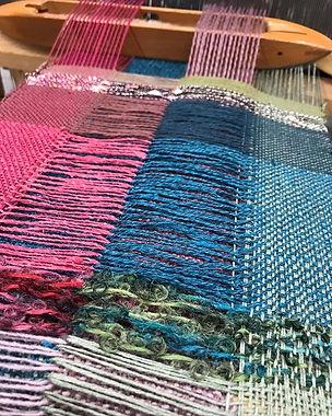 4つのブロックに分けて、交差しながら織ります。_クールクロスという織り方です。_