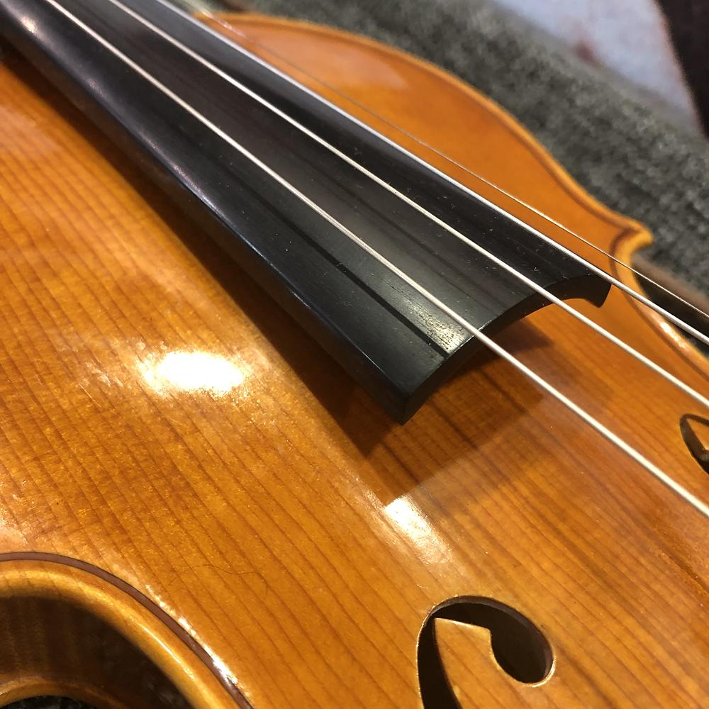 Lähikuva viulusta, jonka Elina Kaljunen Helsingistä rakensi Bartonesin materiaaleista