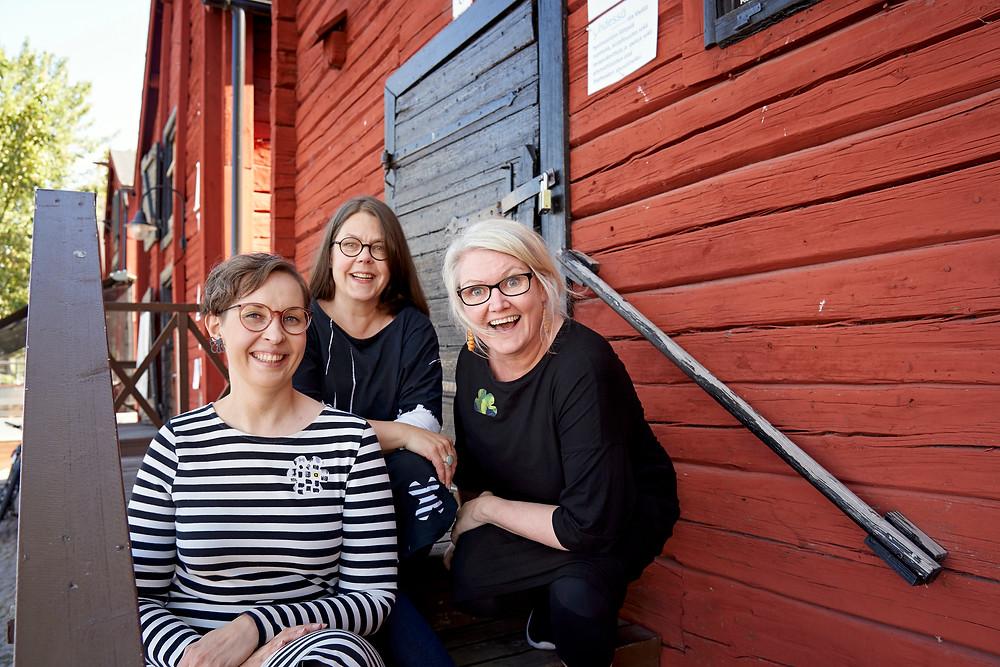 Naiset Vaatelaastarin takana: Taija Sailio, Anne Jurvelin-Pummila ja Jetta Liukkonen.