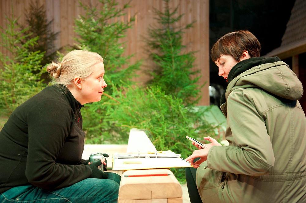 Hanna Roisko ja vieraileva ohjaajan assistentti Hanna Espo