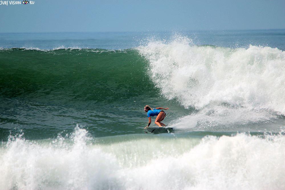 Sasha Luchkova surffaa Portugalissa suurissa aalloissa.