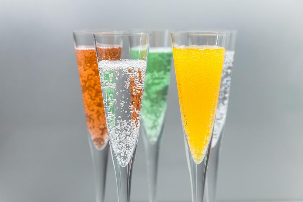Kuohuviinilaseissa värikkäitä juomia