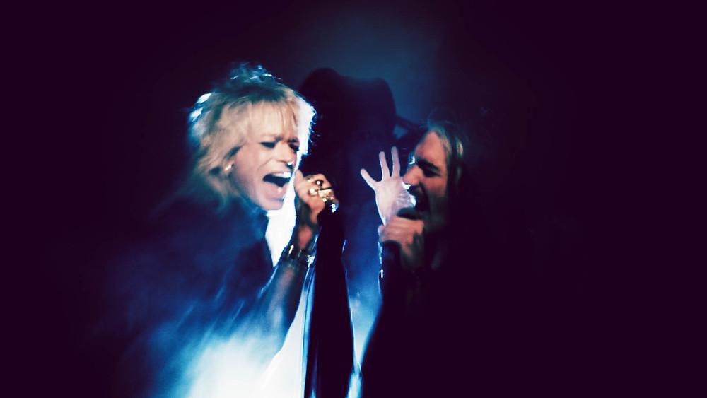 Michael Monroe ja Andrea Brosio laulamassa keikalla