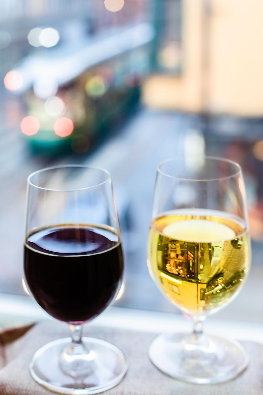 Viinilasit, taustalla raitiovaunu