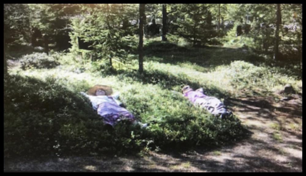 Anna Karvosenoja makaa rintasyöpään sairastuneen ystävänsä kanssa mustikkamättäällä, rennon oloisina, hautapaikkoja koemakaamassa.