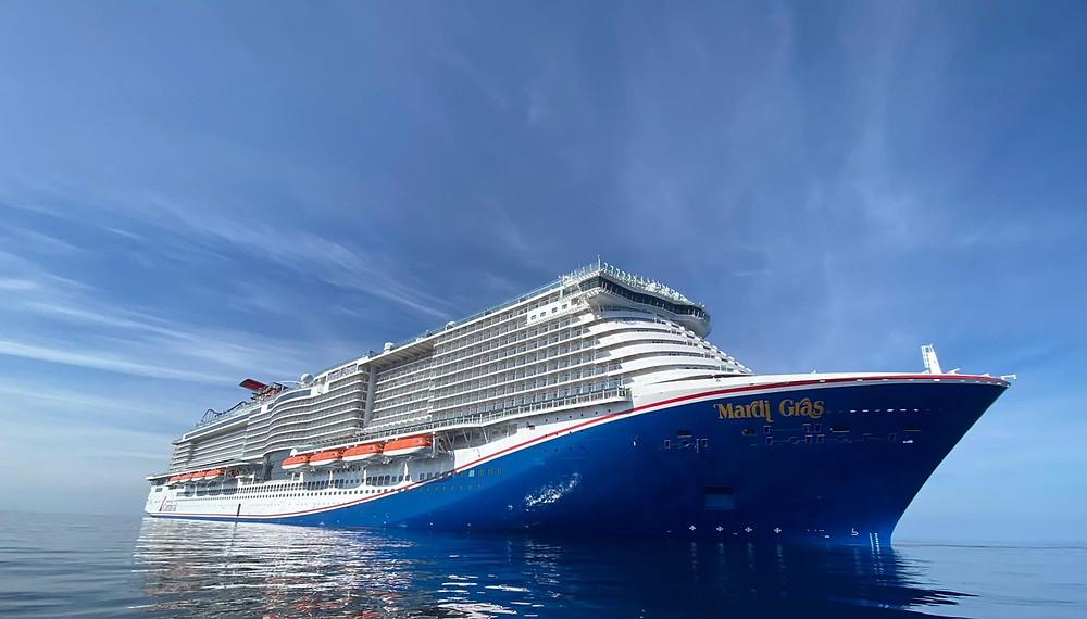 Suuri Mardi Gras -alus kuvattuna merellä sinistä taivasta vasten.