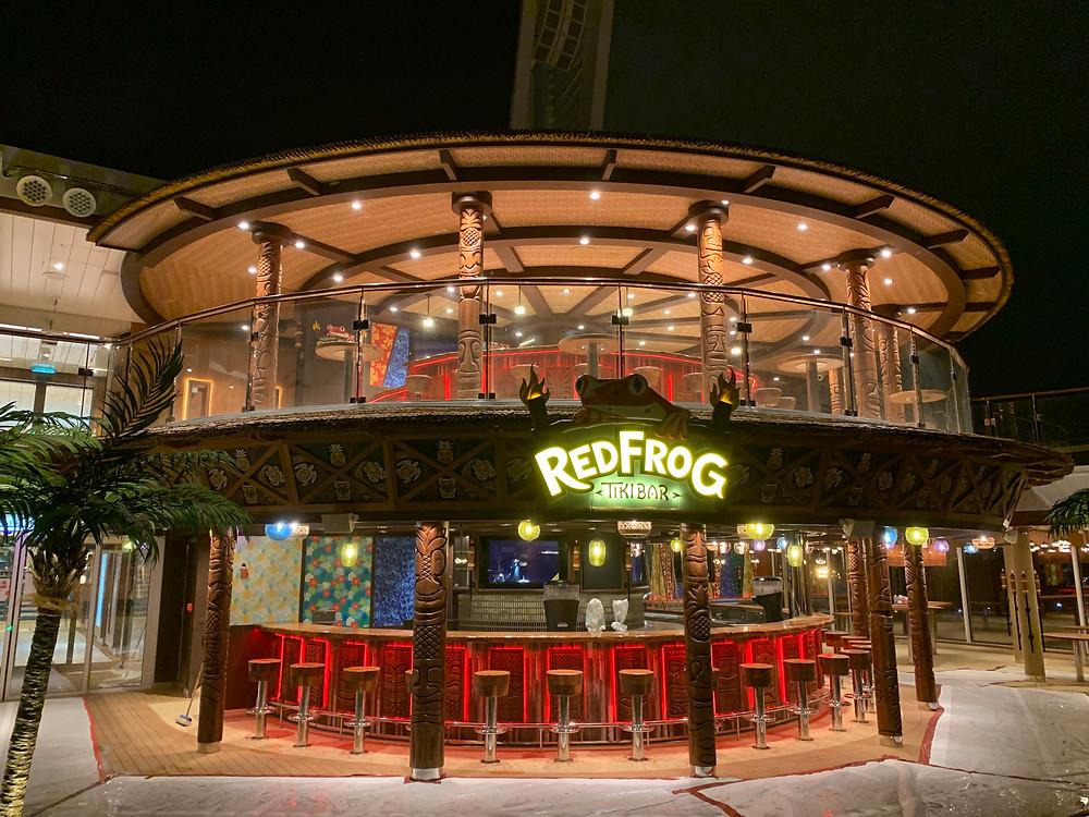 RedFrog Tikibar kuvattuna edestäpäin, kaksikerroksinen baari laivassa, jota koristaa Käkelän veistämät paalut sekä baaritiski ja -tuolit.