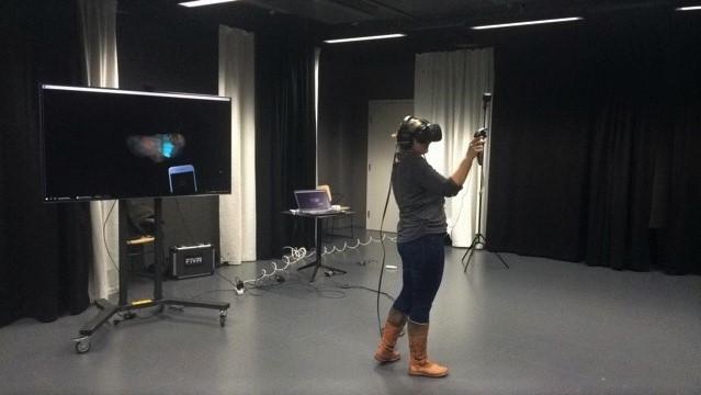 Donna-VR-seikkailussa käyttäjä pääsee YLE:n tv-sarjaan perustuvan sokean Donnan roolissa iltajuhliin. Toteuttajana There Is No Spoon.