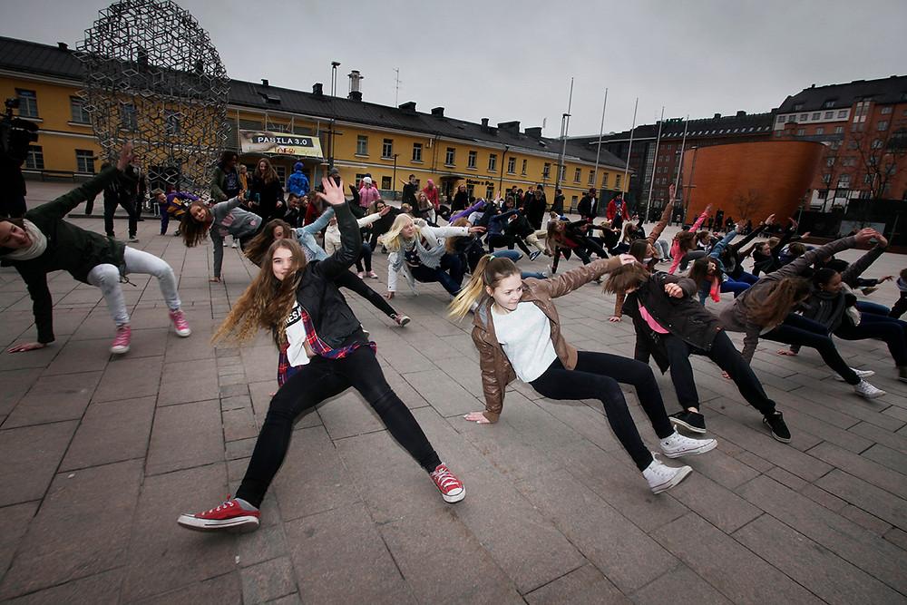 Kymmenet lapset breikkaavat Narinkkatorilla Break the Fight flashmobissa