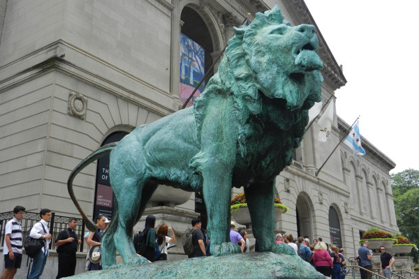 Statue de lion devant le musée