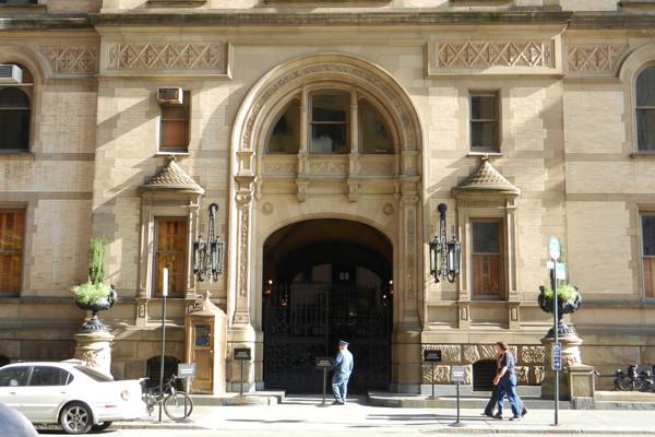 Dakota Building, portique devant lequel Lennon fut assassiné