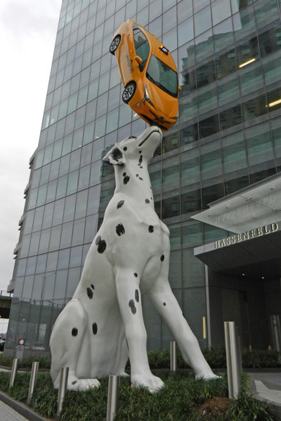 La sculpture du dalmatien jouant avec un taxi