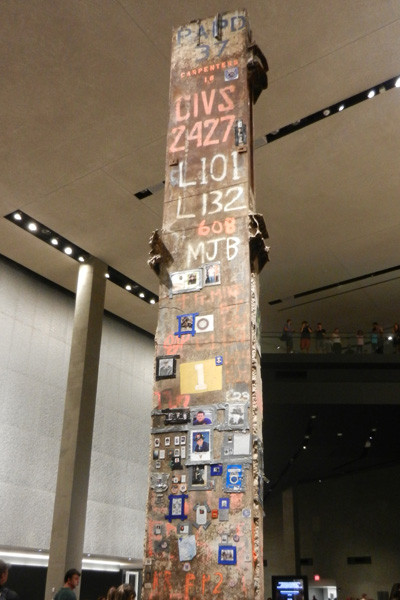 Colonne portant les messages des secouristes et ouvriers de Ground Zero