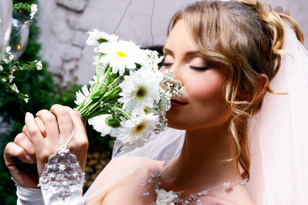 novia-oliendo-ramo-de-flores