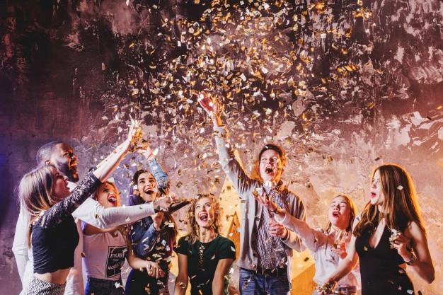personas-lanzando-confeti-celebrando