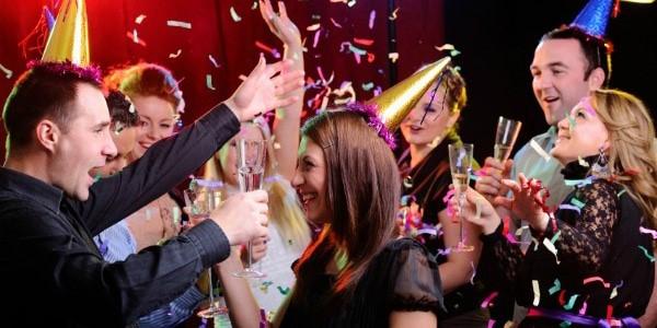 personas-celebrando-fiesta-sorpresa