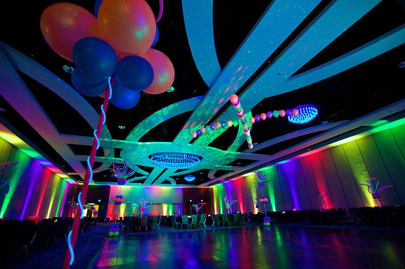 salon-decorado-con-luces-de-neon