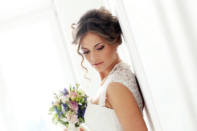 chica-con-vestido-de-boda-y-ramo