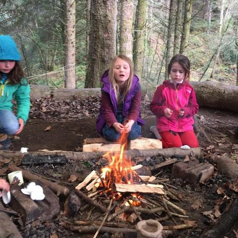 11h30 - les enfants manifestent souvent l'envie de mettre en pratique leurs compétences de survie douce, comme l'allumage de feu ou la construction d'abris. Ceci se fait en petit groupe avec un accompagnant.